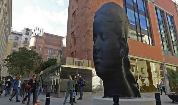 BARCELONA 9 DE ABRIL DEL 2016  ESCULTURA DE JAUME PLENSA SITUADA FRENTE AL PALAU DE LA MUSICA CATALANA  FOTO DE MONICA TUDELA