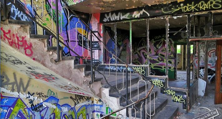 140808-Dennis-Kopp-SeeTheWorldInMyEyes-Graffiti-covered-Building-in-Berlin