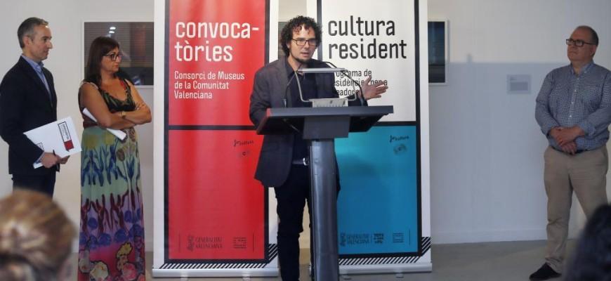 El concejal de Cultura, Daniel Simón, el director del Consorcio de Museos de la Comunidad Valenciana, José Luis Pérez, y el secretario general del IVAJ, Jesús Martí, presentan el primer programa 'Residencia Artísticas' del Consorcio de Museos de la Generalitat.