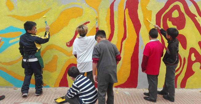 un-grupo-de-ninos-pintando-el-mural-avccaminostetuan-blogspot-com-es
