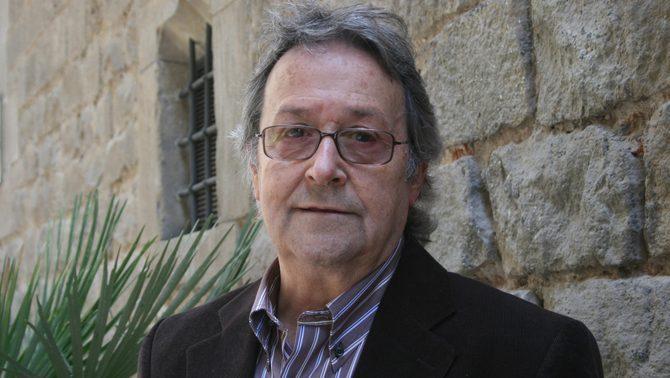El novel·lista i crític literari Robert Saladrigas en un pla mitjà en una imatge d'arxiu de l'any 2008 (horitzontal).
